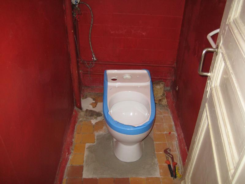 Установить унитаз в частном доме своими руками