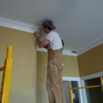 Как правильно клеить потолочный плинтус к натяжному потолку