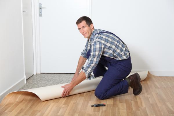 Как положить линолеум на деревянный пол своими