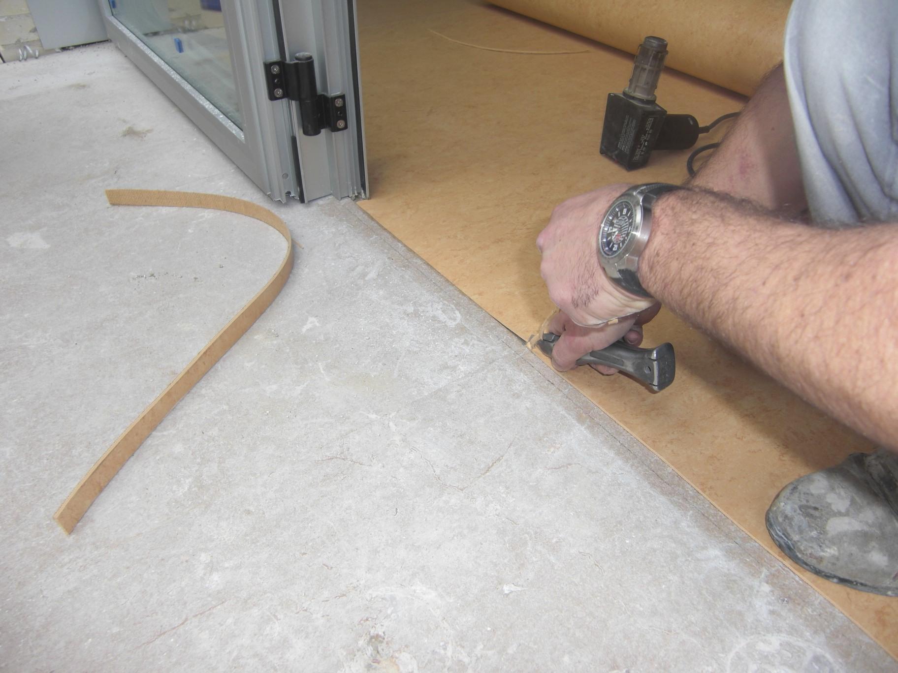 Линолеум укладка своими руками на деревянный пол
