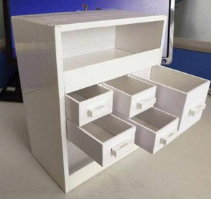Шкаф для одежды кукол из картонного пакета от сока