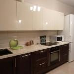 Контрастное сочетание светлого низа и темного верха на кухне